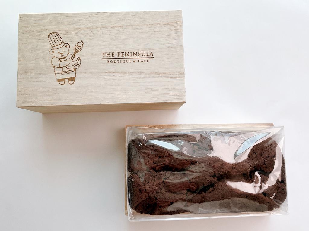 木箱にはチョコレートケーキがドンっと鎮座 商品説明などのリーお取り寄せ チョコレートケーキ チョコケーキ パウンドケーキ ペンショコラ ザ・ペニンシュラ ペニンシュラ THE PENINSULA ザ・ペニンシュラ東京 ブティック&カフェ 濃厚ショコラ